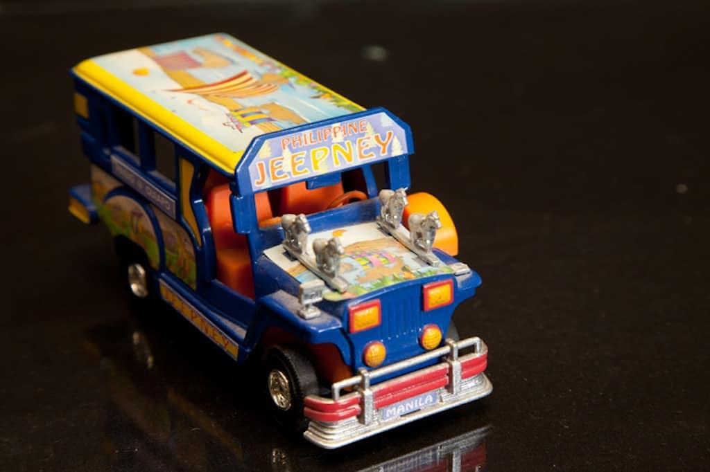 oleh oleh khas filipina miniatur jeepney