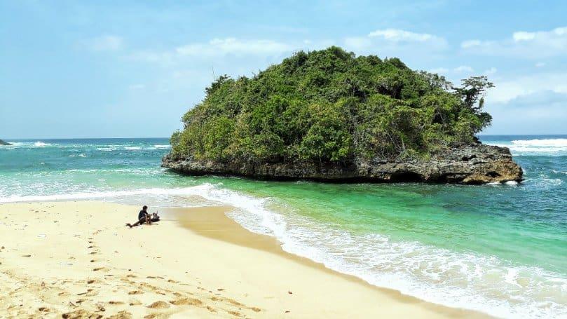 wisata malang Pantai Kedung Celeng